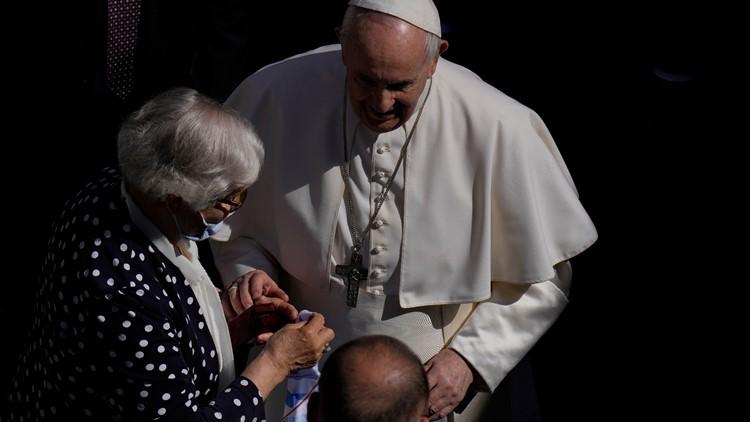 Pope kisses hand of Auschwitz survivor