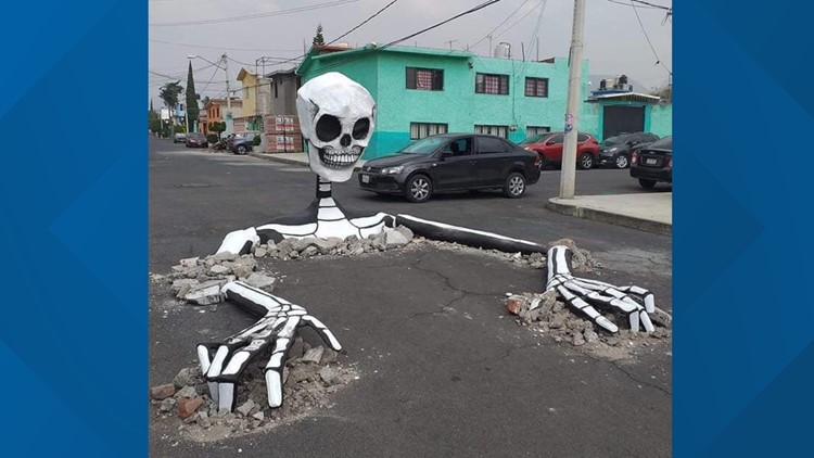 Calaveras gigantes salen del pavimento justo a tiempo para el Día de los Muertos