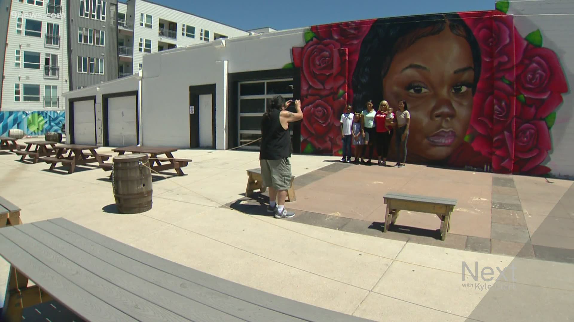 Artists Paint Murals Featuring George Floyd Breonna Taylor 9news Com