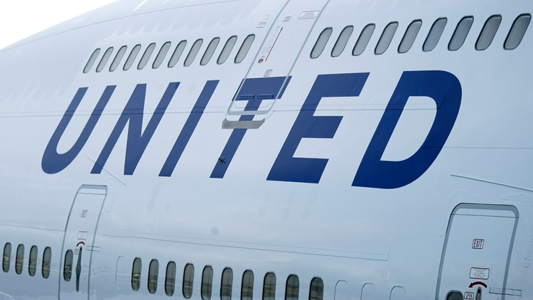 A United Airlines 747-400