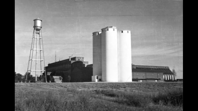The Great Western Sugar Company plant in Ft. Morgan, Colorado features four silos, a water tower, and the plant itself.