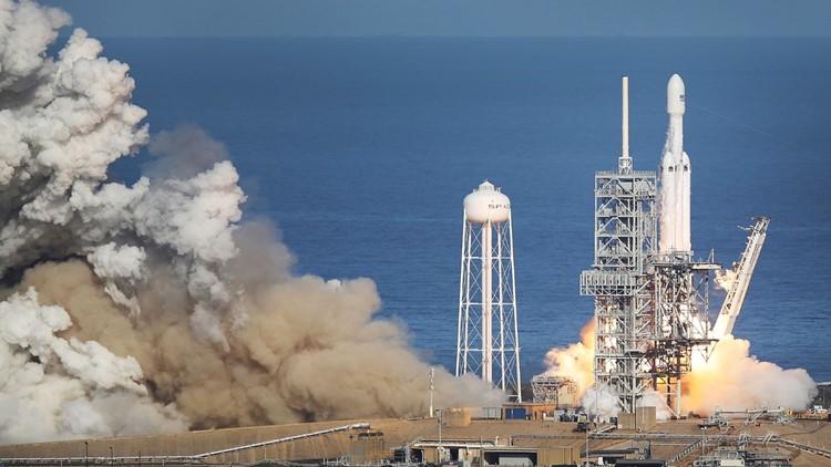 Photos: SpaceX launches Falcon Heavy rocket, sticks 2 landings